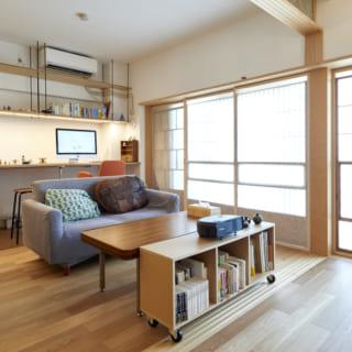 リビング。窓がある外壁面は断熱材を入れ、二重サッシにした。寝室の壁面とリビングの壁面に断熱材を詰めたことで、室内の温度を適温に保つことが可能になった。鎌松邸にあるエアコンは、上部にある12畳用のものひとつのみ。夏は寝室まで涼しくなるという