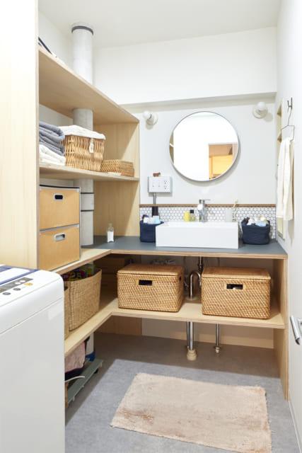 洗面。ヘキサゴンタイルはキッチンのテーブルカウンター下と同じもの。ドアノブはレバーハンドルに変更した