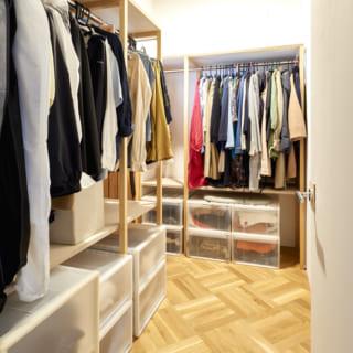 寝室に隣接していた納戸を大容量のウォークインクローゼットに変更。寝室からも廊下からもアクセスでき便利