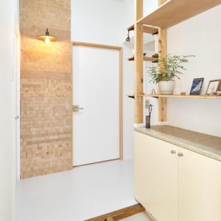 玄関。正面の扉はウォークインクローゼットに続く。正面のパネルは鎌松さんのDIYによるもの