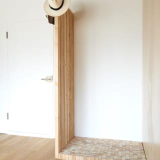 玄関前のパネルと同じく、鎌松さん自らによる仏間。壁を取り払った時に出てきた下地材を再利用した