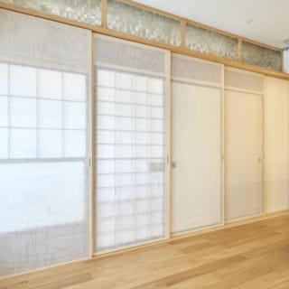 もらってきた建具は大きさもまちまちで、建具枠に合わせて高さを微調整している。「ただ古いから良いだけでなく、使い方まで含めてどのように取り入れるか、どう使うか考えられるのも建築家と家をつくるメリットといえるのでは」と鎌松さんは言う