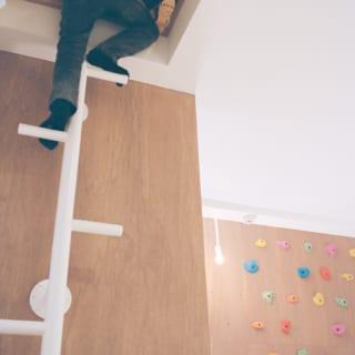 1階子ども室からタラップで中2階のロフトへ。子ども室にはアスレチック感覚で楽しめる仕掛けが豊富