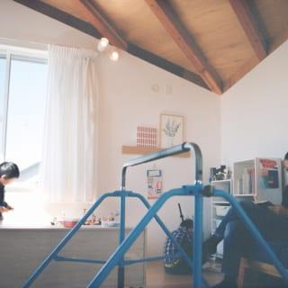 2階リビング。山形天井が低くなる壁際は、ほどよく囲われる安心感が魅力