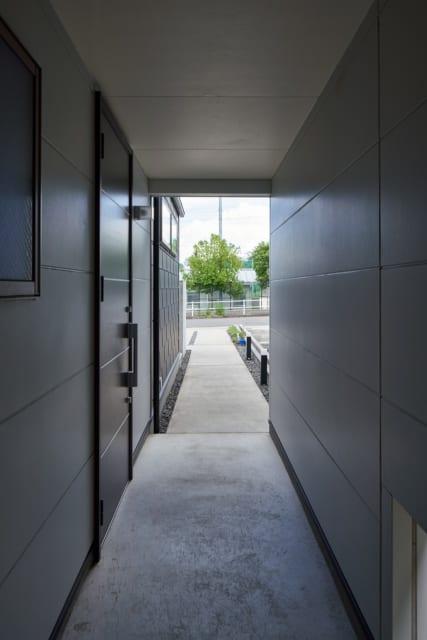 玄関ポーチ~アプローチを一直線に繋げて道路まで抜けることで、奥行きの深さも表現