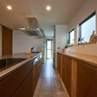 アイランドキッチンから勝手口まで一直線、その途中に洗面室を配置することで、家事動線が繋がっている