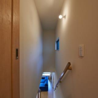 2階から階段を見下ろしたところ。インナーバルコニー側に窓を設けることで、外光を採り入れている