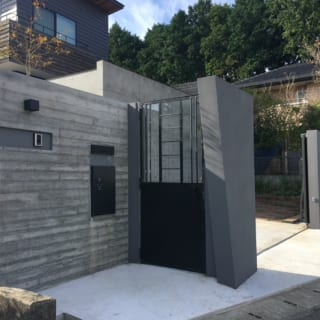 東に位置する門扉。ビルトインガレージにつながる写真奥の電動門扉は幅4.5mある