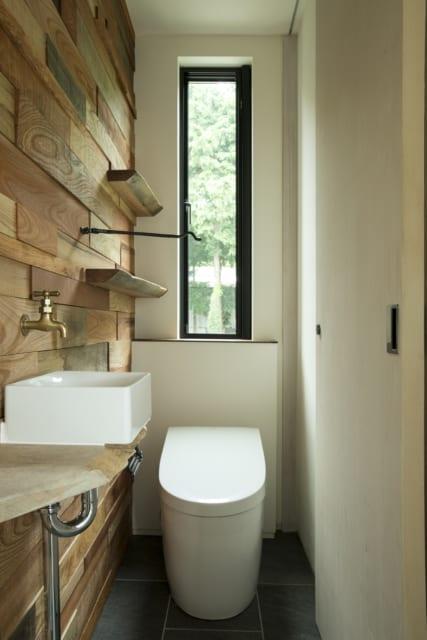 3階に2つあるトイレのうちの1つ。解体された建物の木材を入手してきれいに削り、壁の仕上げに使用