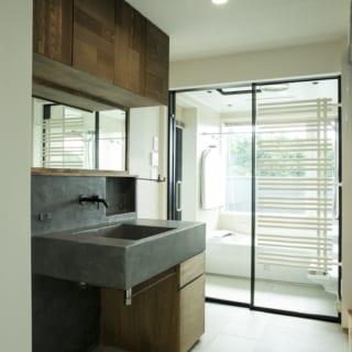 3階水まわり。窓の先はウッドフェンスで囲んだバルコニー。洗い場から半戸外のシャワースペースに出られる