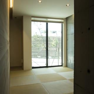 1階客間。へり無し畳にコンクリート打ち放しの壁やレッドシダーを合わせ、和モダンな空間に仕上げている