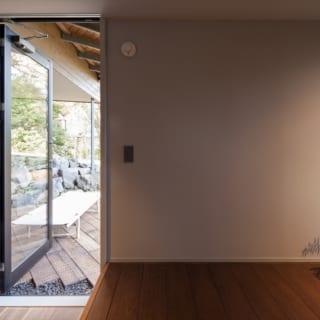 1階、テラスへの扉。右は寝室へと続く。左に行くと階段があり、2階まで上がることができる。お施主様は朝起きて、そのまま少し外に出て穏やかなひとときを過ごされることもあるのだとか