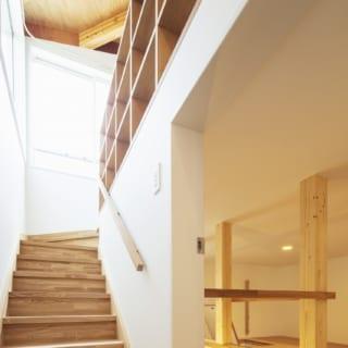2階への階段。階段沿いには好きなものをディスプレーできる飾り棚を設置。写真右側は中2階の収納用ロフト