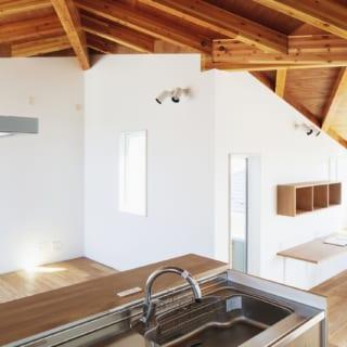 2階キッチン。写真左のダイニング、写真右のリビングを見渡せて、思い思いに過ごす家族の様子がわかる