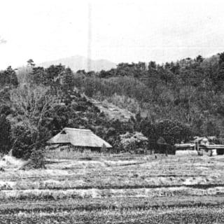 現在も残っている古民家を写した、SANNOMIYAの原風景。山の稜線に茅葺き屋根のラインが重なり、家もまるで山の一部のようにも見える。森屋さんはこの風景を大切に、SANNOMIYAのプランニングをしたという