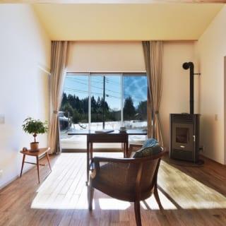 陽が燦々と降り注ぐリビング。お気に入りの家具達に囲まれ、外の景色を見ながら寛ぐ、Cさんお気に入りの場所