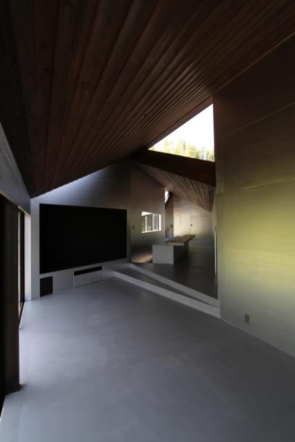 寝室からキッチン方向を見る。角度を付けているため、家の端まで見通せず奥行きが感じられる