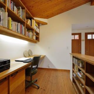 2階通路の書斎スペースは、ご主人のお気に入りスポット。天窓からの光は1階を照らしてくれる