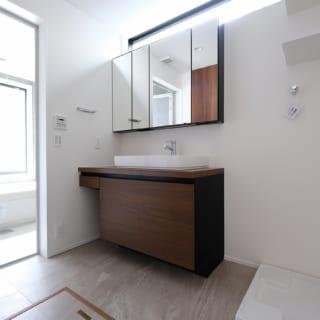 1階洗面室。横長のハイサイド窓があり、明るく風通しもよい