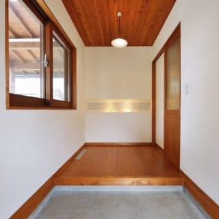 広々とした玄関の土間は金ゴテ仕上げ。リビングとは扉で仕切り、外部の冷気・暑気が屋内に入るのを防ぐ