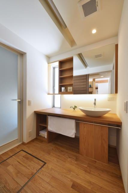 お皿型の洗面ボウルが可愛らしい洗面台。キッチンのような排水口がありメンテナンスが楽に行える仕様。ロールスクリーンを下ろすと、即席の脱衣所となる