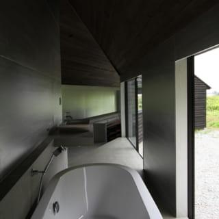 モダンで開放的な浴室。過ごしやすい季節には窓を全開にしてお風呂を楽しまれることもあるのだとか