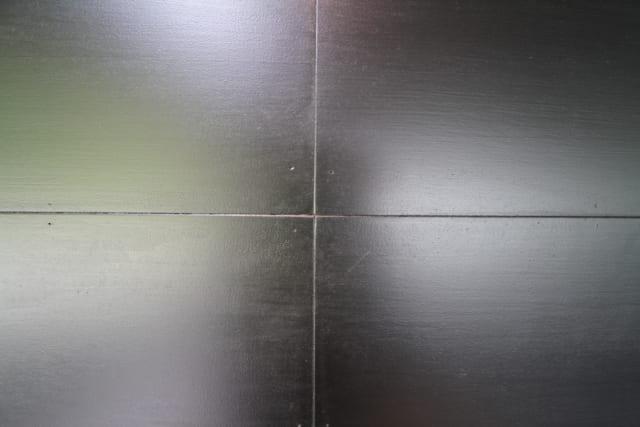 屋内の壁面はシナ合板を使用。アルミニウム粉体が含まれた塗料を塗りメタリックなシルバーに仕上げた。光の当たり方によりシルバーの色が変化するのに加え、画像左上は外部の緑も映している