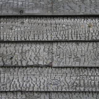 「建物を計画するだけではなくて、実際につくる過程にもかかわっていくことが好きです」と言う森屋さん。杉を焼く工程は森屋さんが自ら行った。工業製品にはない美しさは、時が経つにつれこの土地に一層しっくりと馴染むだろう。釘も時の変化を感じられる真鍮にした