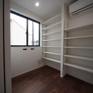 2階書斎。適度にコンパクトでこもり感があり、リモートワークが多いご主人も集中して仕事ができる