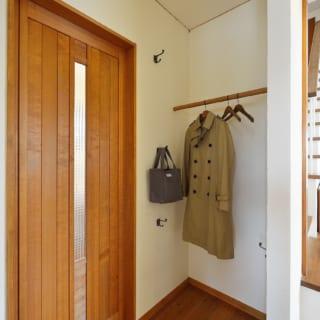 入ってすぐの簡易クローゼットは遠藤さんの考案。外出にすぐ使うモノのスペースとして重宝しているという