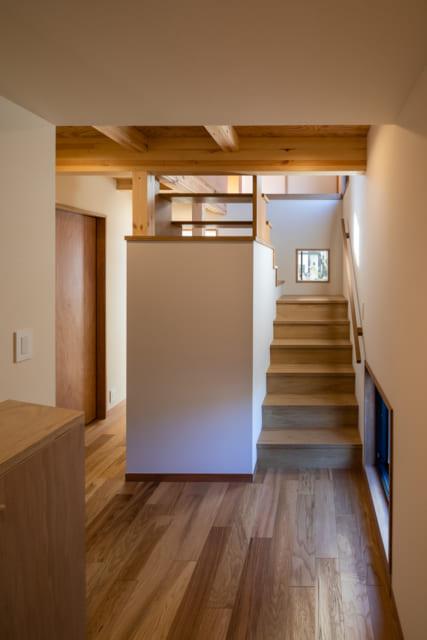 数多くの窓や階段から降り注ぐ光で、1階でも明るい室内