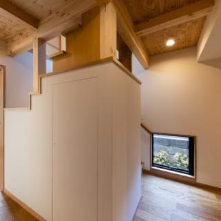 階段は子供室の壁の一部にも。階段下を収納スペースとして有効活用