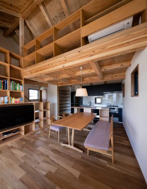 リビングの天井は、現し仕上げ。開放感と部屋の素材感の統一感を演出