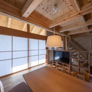 バルコニーに面した窓は上下それぞれ障子によって目隠し可能。ゆるやかに熱と光を遮ってくれる