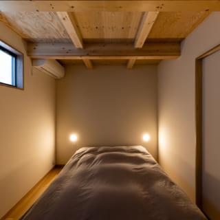 1階寝室。ハイサイド窓で隣家の視線を気にせず光を導いた