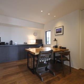 2階ダイニングスペース。写真左へ進むとキッチンがあり、動線がとてもよい。写真右の白い引き戸の先はご主人の書斎