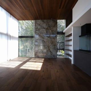 2階LDKの窓にはバーチカルブラインドを設置。頻繁に開けるところは電動にし、使い勝手をよくした。バーチカルブラインドは板張りの天井やフローリングの直線ラインときれいに呼応。空間全体に上品な落ち着きをもたらす