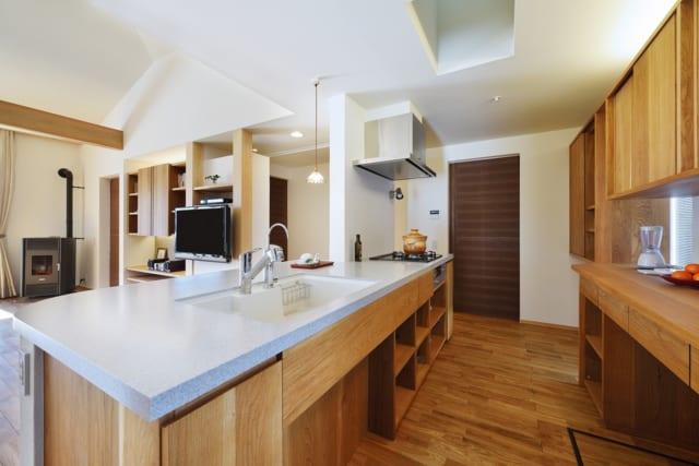 広々としたキッチンは、人造大理石で造作した一体型。リビングや水回りと回遊性をもたせた。