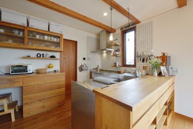 ダイニングテーブルにテイストを合わせ、オリジナルで作成したキッチン周り。隣には大容量のパントリーも設け、勝手口から直接食材を運び込める