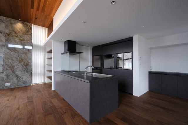 キッチンはLDK全体から屋外まで見渡せる配置。背面の通路の幅は1.2m。ショールームのようにゆったりとした造りで、家族みんなで料理を楽しむこともできる