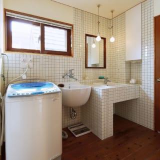 壁をタイル張りにした洗面所。遠藤さんご提案のスロップシンクは、靴の洗濯や掃除の時に大活躍