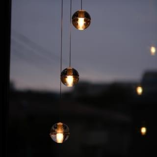 吹抜け階段の照明はBOCCIのペンダントライト。温かみのあるキャンドルのような光が空間をランクアップ
