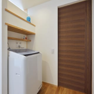 リビングのすぐ裏にある洗濯スペース。扉の向こうはウォークインクローゼット