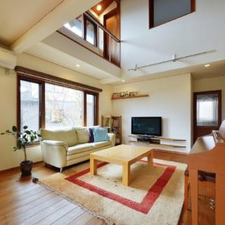 2階の寝室には、開口を設け1階を伺える構造。ベランダ代わりの通路は陽当りが良く、洗濯物干しに絶好のサンルーム