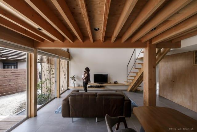 2階の床の構造(米松)がそのまま1階の天井になっている。右側にある大黒柱は、樹齢500年の米松。隠すのはもったいないため、そのまま大黒柱として生かした