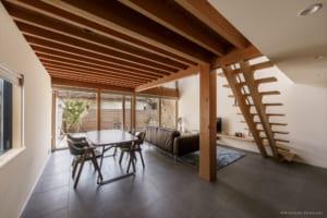 住宅街にありながら開放感たっぷり 八寸角の米松を大黒柱に据えた住まい