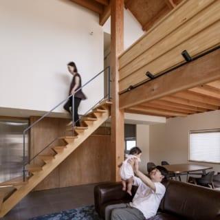 Aさんの要望により、床暖房を備えた磁器タイルのリビング。天井高が5ⅿほどあり、南側から陽光が差し込むため解放感たっぷり