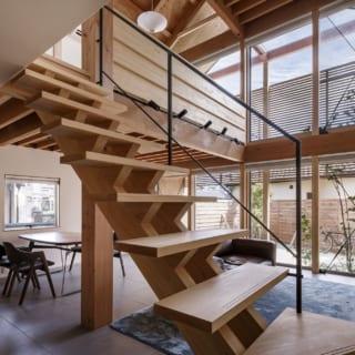 別角度のリビング。檜を用いた階段は、スケルトンにすることで圧迫感を解消している