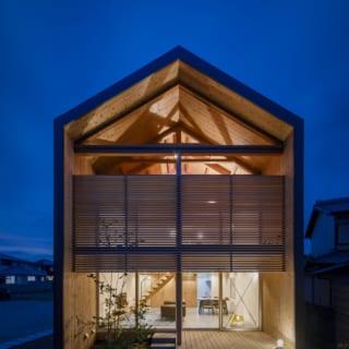 夜の外観。日が暮れると家の明かりで杉板の外壁や桧のルーバー、米松の構造材が照らされ、美しく浮かび上がる