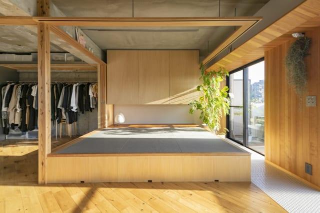 4畳ほどある小上がりの下は大容量の収納。手前は日常的に使うもの、畳の下はシーズンものといった形で使い分け。木製の鴨居フレームを設置することで、将来カーテンや壁で仕切ることも可能とした
